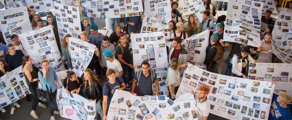Groupe d'élèves présentant leur projet innovant sur des poster