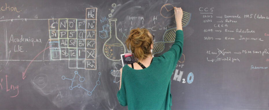 Une étudiante au tableau